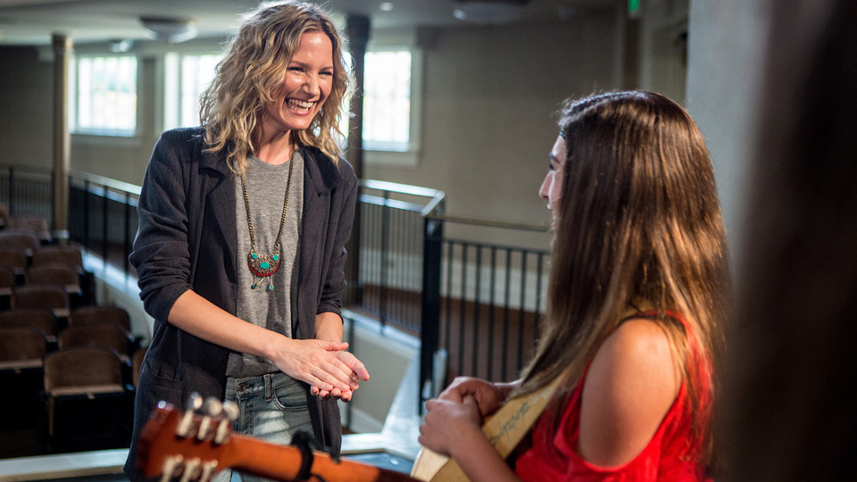 Musician, actress and 4-H national spokesperson Jennifer Nettles (left) is calling on 4-H alumni to help bring 4-H programming to 10 million youth by 2025.