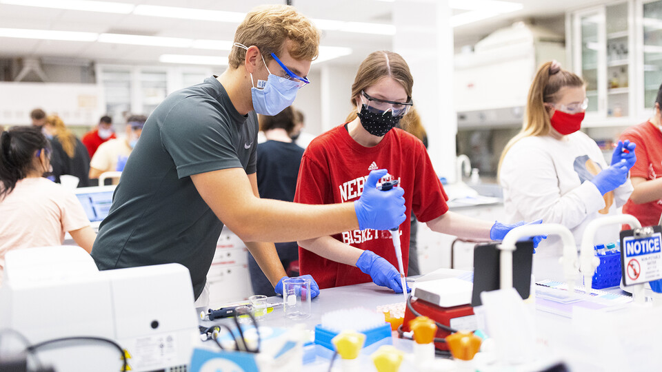 Students take part in a biochemistry lab at the start of the fall 2021 semester.