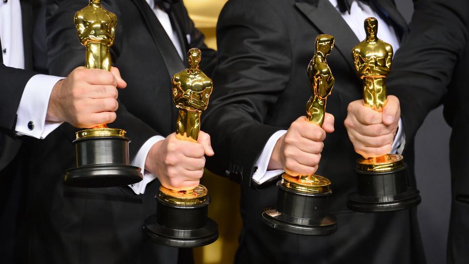 Winners holding Oscar statuettes